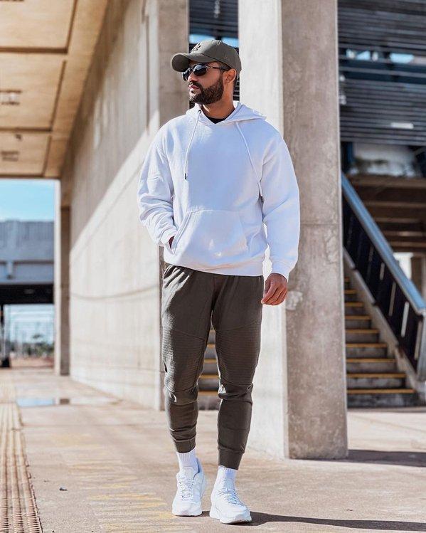 Look de hombres con joggers y zapatillas blancas