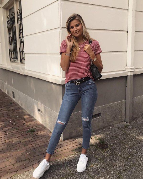 Look juvenil mujer camiseta a rayas horizontales, jeans ajustados con descosidos y bambas blancas de suela gruesa