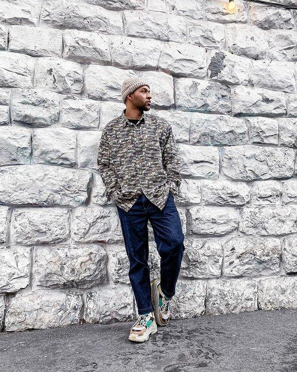 Look para hombres inspiración con jeans y sneakers