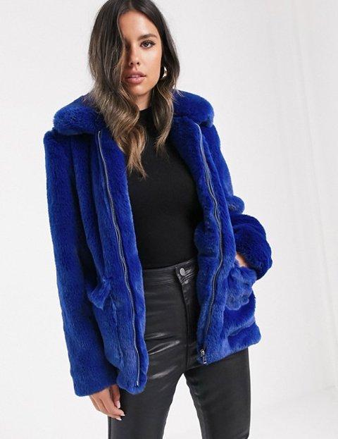 Outfit abrigo azul cobalto mujer