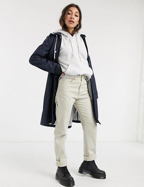 Outfit abrigo azul marino mujer con capucha