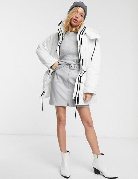 Outfit abrigo blanco acolchado mujer
