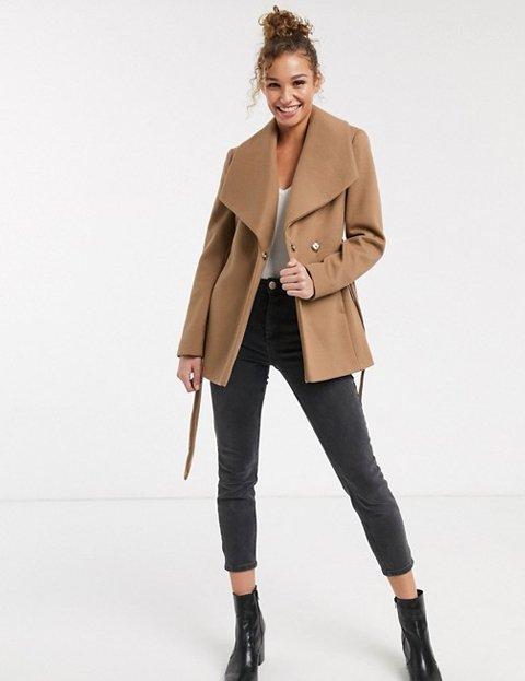 Outfit abrigo camel corto de mujer