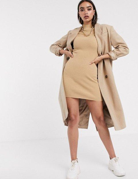 Outfit abrigo camel mujer largo