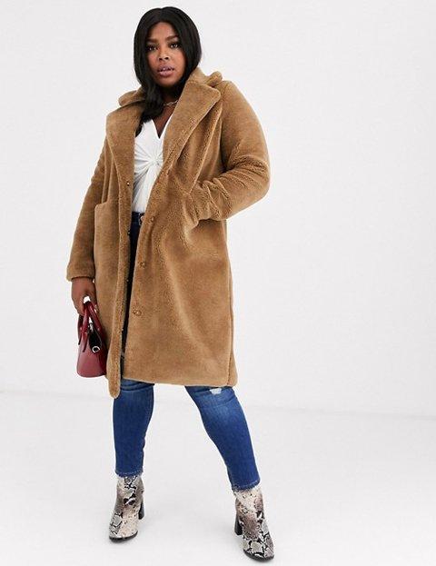 Outfit abrigo camel mujer peluche