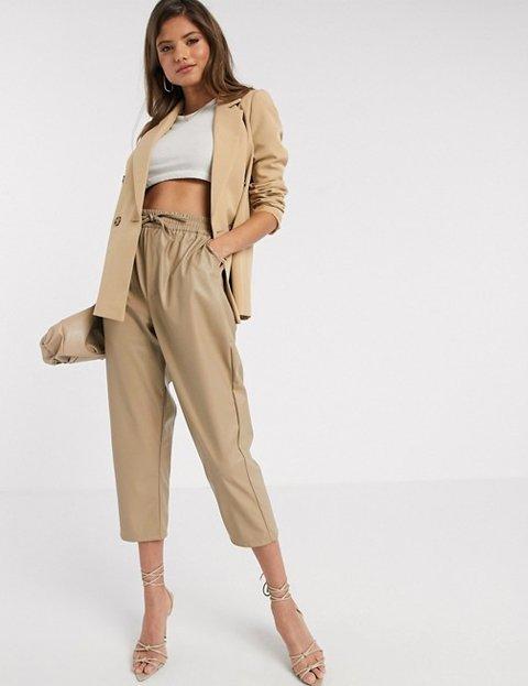 Outfit abrigo camel para mujer