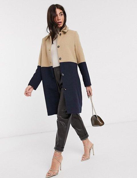 Outfit abrigo camel y azul mujer