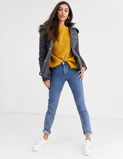 Outfit abrigo gris corto ajustado para mujer