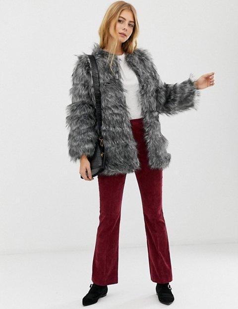 Outfit abrigo gris corto mujer