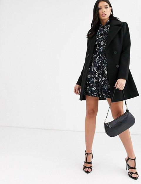 Outfit abrigo negro corto mujer