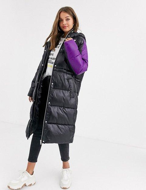 Outfit abrigo negro largo mujer pluma