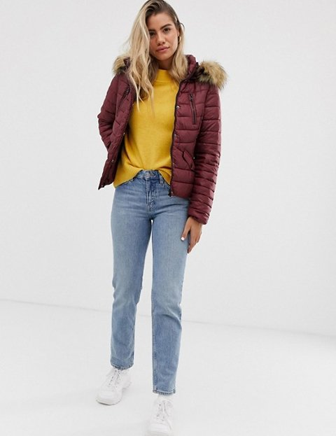 Outfit abrigo rojo acolchado mujer
