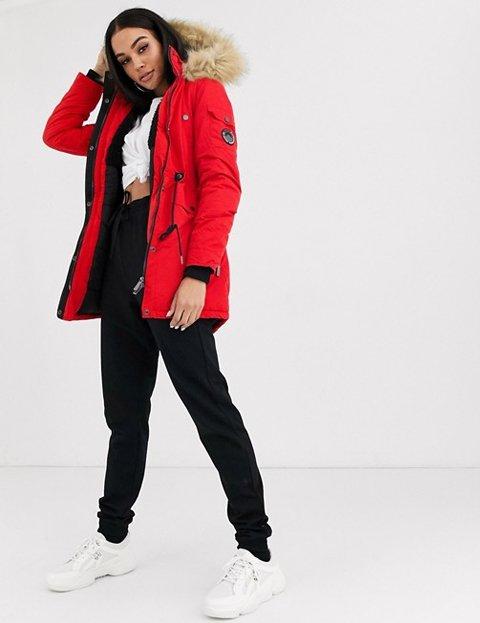 Outfit abrigo rojo con gorro de mujer