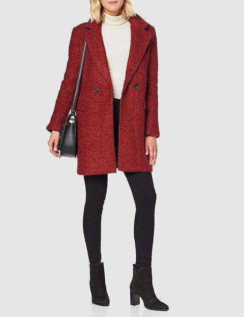Outfit abrigo rojo de mujer