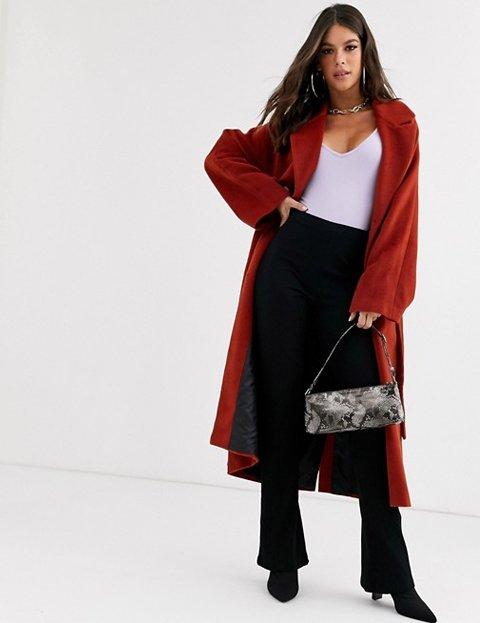 Outfit abrigo rojo largo mujer