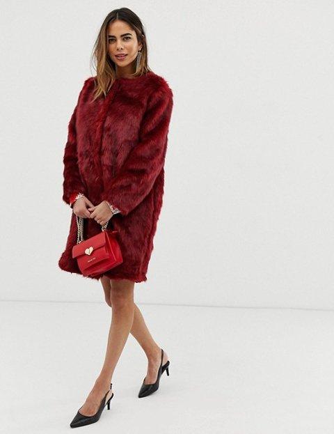 Outfit abrigo rojo pelo sintético mujer