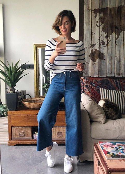 Outfit camiseta hombros descubiertos y pantalón vaquero ancho para mujer