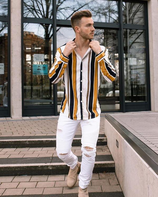 Outfit casual hombre con camisa de rayas verticales y pantalón blanco de jean