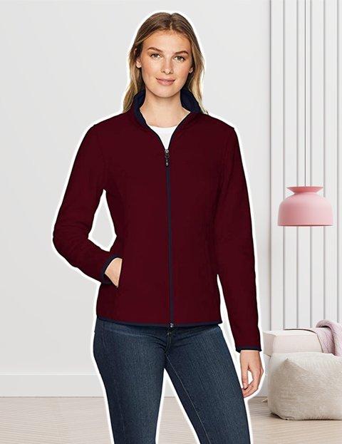 Outfit casual mujer con chaqueta roja polar