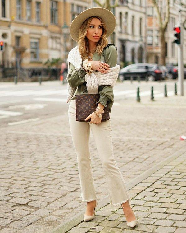 Outfit completo con pantalones acampanados blusa y sombrero