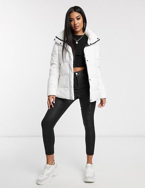 Outfit con abrigo blanco de mujer