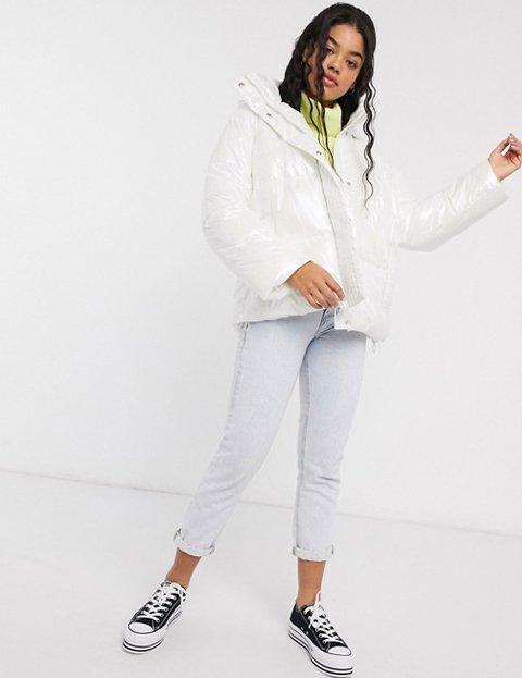 Outfit con abrigo blanco efecto marmolado