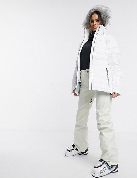 Outfit con abrigo blanco para mujer