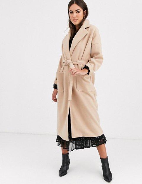 Outfit con abrigo camel grande mujer