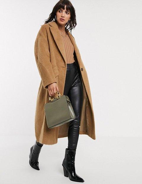 Outfit con abrigo camel texturizado