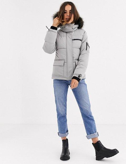Outfit con abrigo gris para mujer