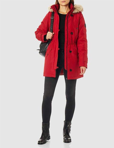 Outfit con abrigo rojo acolchado mujer