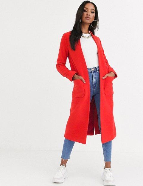 Outfit con abrigo rojo largo de mujer