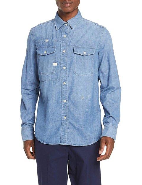 Outfit con camisa vaquera clara hombre