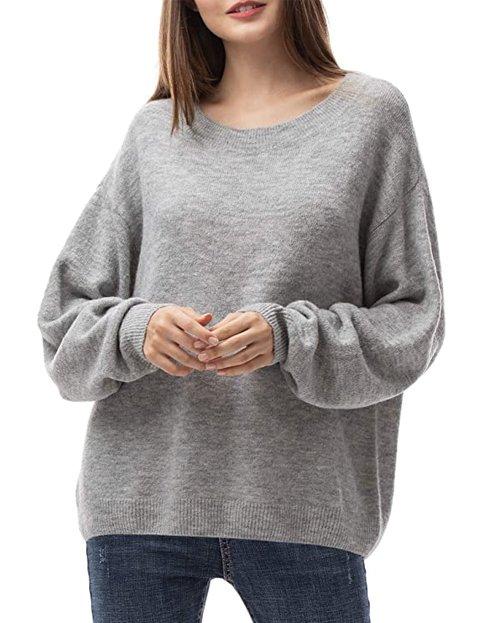 Outfit con jersey gris suelto de mujer