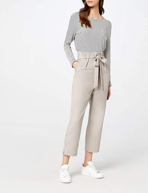 Outfit con pantalón gris con lazo a la cintura de mujer