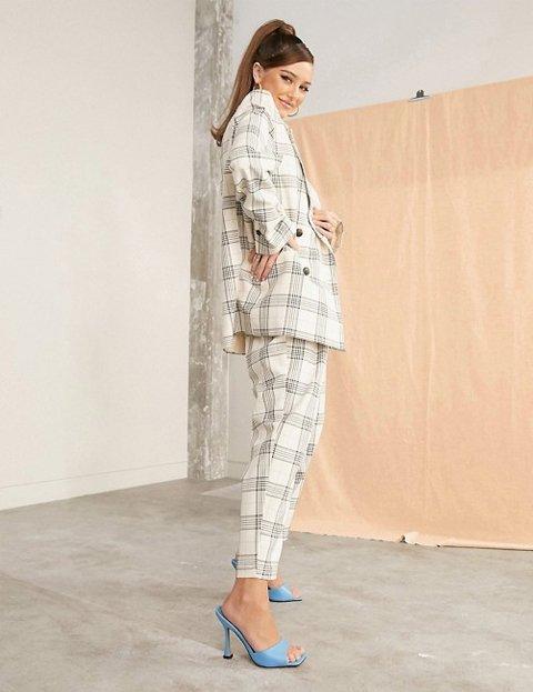 Outfit con pantalones de cuadros base clara mujer