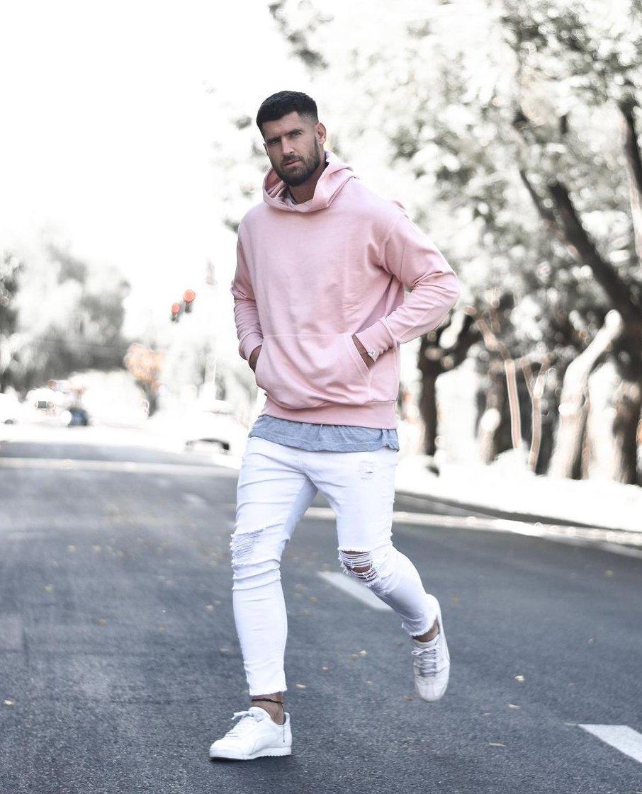 Outfit con sudadera rosa y pantalón blanco