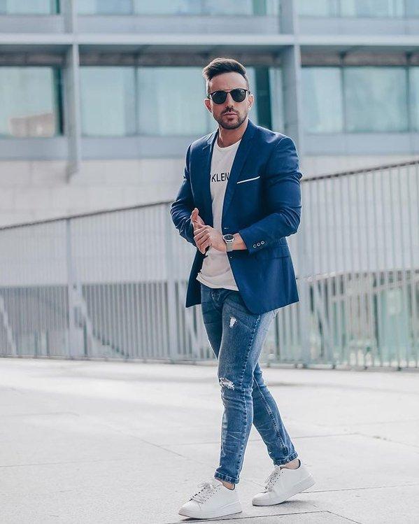Outfit cool hombre formal con chaqueta de traje y jeans