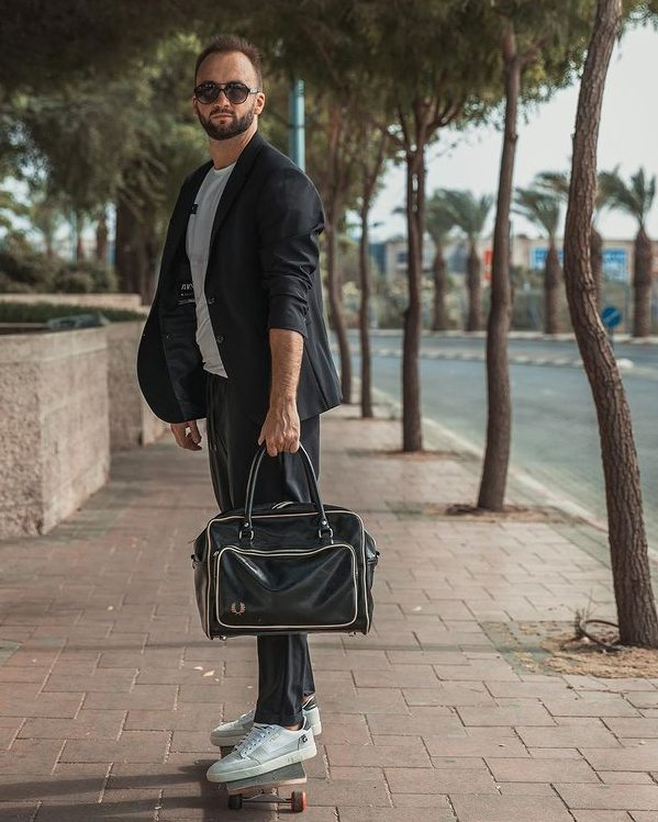Outfit de calle hombre estilo formal de oficina con blazer y pantalón tapered