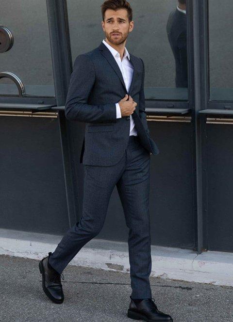 Outfit de otoño formal para hombre con traje de chaqueta azul marino
