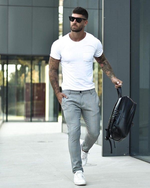Outfit del día con camiseta blanca de manga corta y pantalón gris a cuadros