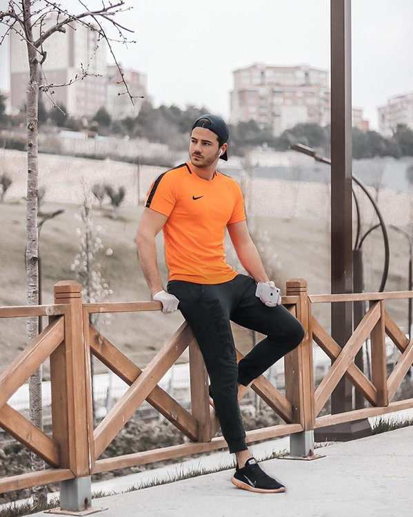 Outfit deporte hombre con camiseta técnica naranja y joggers negros