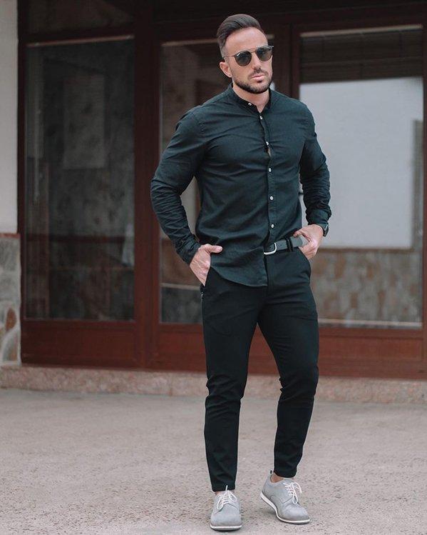 Outfit elegante casual hombre camisa y pantalón negros y zapatos casual grises