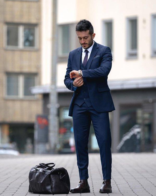 Outfit elegante hombre con traje de chaqueta azul marino