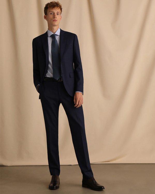 Outfit elegante hombre con traje de chaqueta slim azul marino