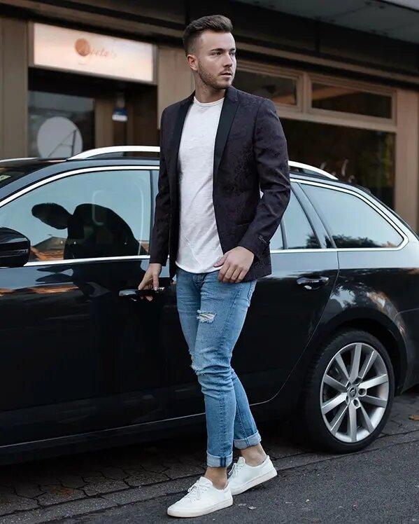 Outfit hombre casual moderno blazer estampada con vaqueros y zapatillas blancas