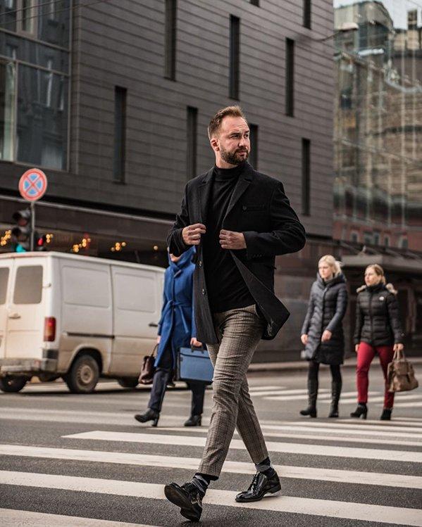 Outfit hombre elegante con abrigo, pantalón a cuadros y zapatos negros en charol