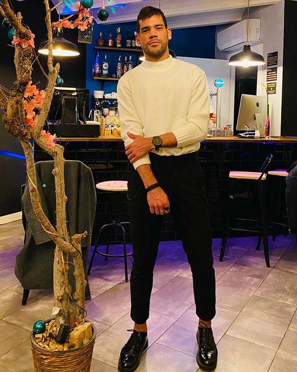 Outfit hombre fiesta con jersey blanco, pantalón de vestir y zapatos negros