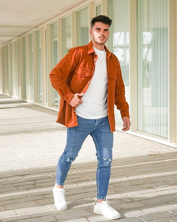 Outfit hombre sencillo con pantalón vaquero lavado medio, camiseta y sobrecamisa