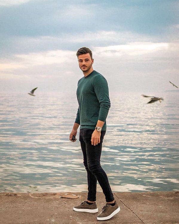 Outfit informal hombre con jersey de punto básico, jeans ajustados negros y zapatillas marrones
